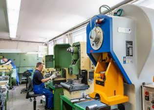 Blick in die Mechanik auf Exzenterpressen mit einem Arbeitsdruck von 10t bis 40t