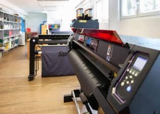 Blick in die Digitaldruckabteilung auf UV-Drucker und Plotter