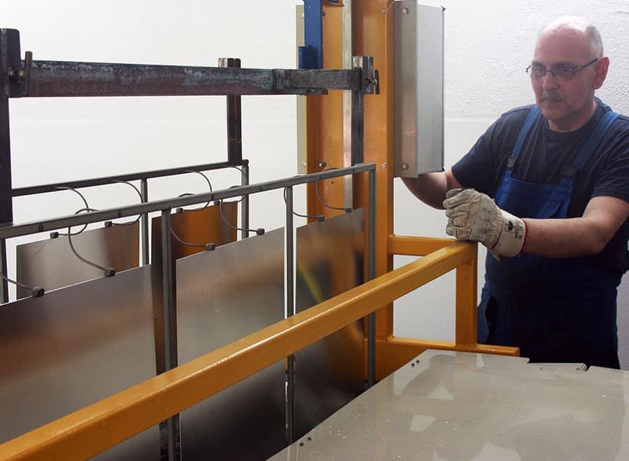 Anodizing and compacting - Anodizing and compacting of aluminium plates in house.